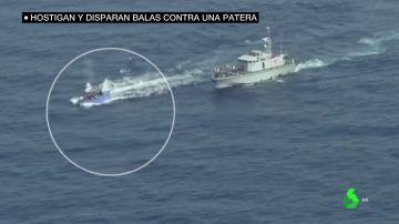 El momento en el que guardacostas libios disparan a una patera en el Mediterráneo