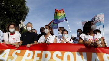 El ministro de Interior, Fernando Grande-Marlaska (2i), durante la marcha del Orgullo LGTBI