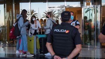 Estudiantes salen de un hotel de Mallorca