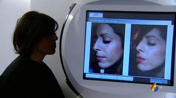 Imagen de una paciente en una consulta al dermatólogo