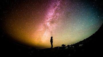 Silueta de un hombre con estrellas