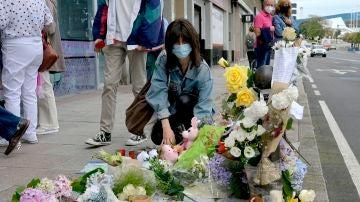 Una mujer deposita flores en el lugar donde asesinaron a Samuel Luiz