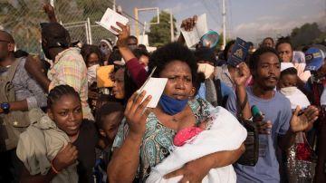 Cientos de haitianos se congregan frente a la sede de la embajada de Estados Unidos