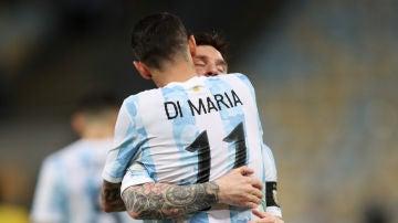 Messi y Di María se abrazan durante la final de la Copa América contra Brasil