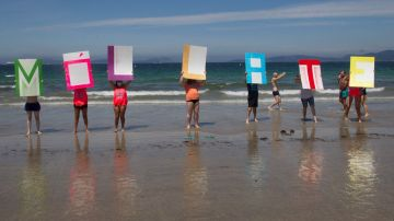 """La Asociación Viguesa de Esclerosis Múltiple de Pontevedra celebra un """"baño solidario"""" en la playa de Samil en Vigo"""