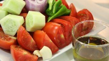 Ingredientes naturales para preparar un gazpacho