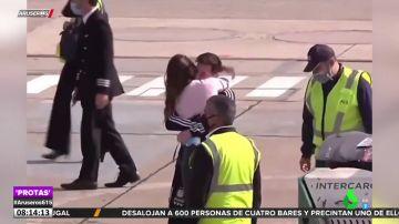 El apasionado reencuentro entre Messi y Antonella en el aeropuerto tras la final de la Copa América