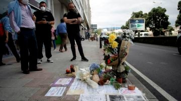 Varias personas observaban el lugar donde en la madrugada del sábado fue asesinado Samuel