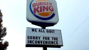 Este es el cartel colgado por los empleados del Burguer King en Lincoln, Nebraska