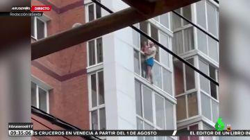Amenaza con tirarse desde un 13º piso con su hijo tras divorciarse de su mujer