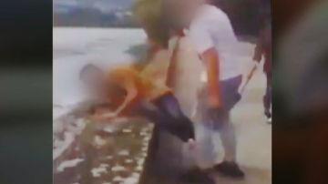 Un grupo de jóvenes agreden y humillan a un niño con autismo en el paseo marítimo de Pontedeume