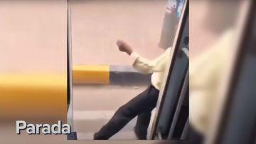 Captura del vídeo del hombre que se tira del autobús