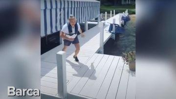 Captura del vídeo de la joven que salta hacia el barco
