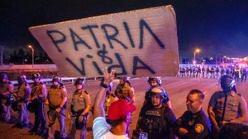 Cubano-americanos asisten a una manifestación de apoyo a los manifestantes en Cuba, bloqueando la Palmetto Expressway en Miami, Florida