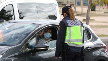 Una agente habla con un conductor en un control policial durante el confinamiento de la primavera de 2020.