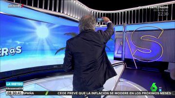 Alfonso Arús caza a Javier Ricou haciéndose un selfie en pleno directo