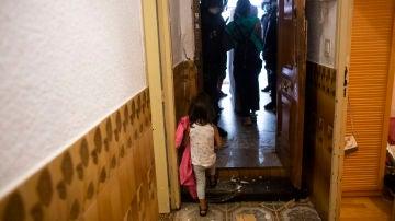 Desahucian a una familia con cuatro niños en Vallecas y ponen el piso a la venta en Idealista en menos de un día