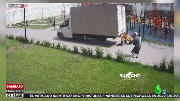 El momento en el que un camión da marcha atrás y atropella a una mujer y su bebé