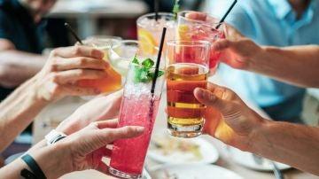 ¿Puedo tomar alcohol después de vacunarme del COVID-19 para celebrarlo?