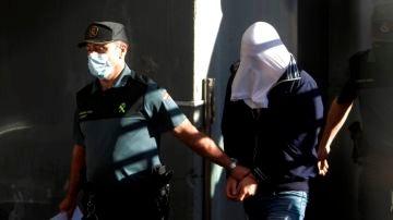 Uno de los tres encarcelados por el crimen de Samuel Luiz, escoltado de camino al Juzgado de Instrucción número 8 de A Coruña
