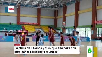 Así juega al baloncesto una niña china que con 14 años ya mide 2,26 metros