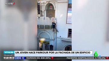La habilidad de un hombre para escalar edificios haciendo parkour en tan solo 5 segundos