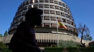 Una persona camina por las inmediaciones del Tribunal Constitucional