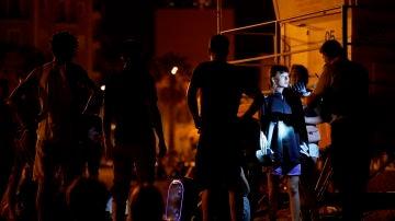 Miembros de los Mossos patrullan por la playa de la Barceloneta en la noche de la vuelta al toque de queda