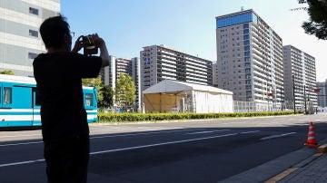 Un hombre saca una foto a la Villa Olímpica de los Juegos Olímpicos de Tokio