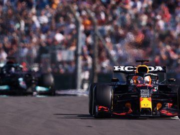 Verstappen le devuelve el golpe a Hamilton