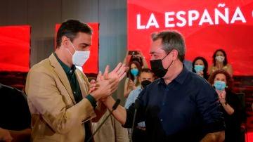 Pedro Sánchez y Juan Espadas se dan la mano en un acto del PSOE en Sevilla