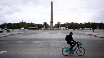 Un hombre circula en bicicleta por París