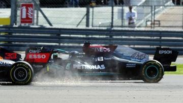 Toque entre Verstappen y Hamilton