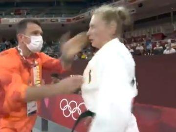 Animar a tortas: un entrenador alemán agita y abofetea a su judoca antes de la prueba