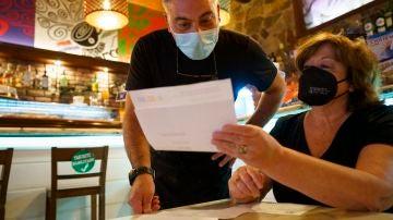 -Personal de una cafetería de Santa Cruz de Tenerife comprueba el certificado COVID de una clienta