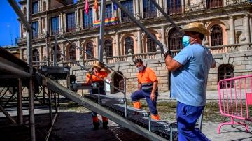 Varios operarios trabajan en el centro de Toledo.