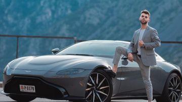 El youtuber español 'Salva' junto con su Aston Martin