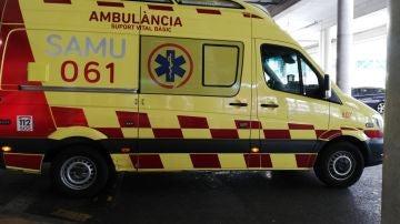 Una ambulancia de soporte vital básico del SAMU 061 de Baleares, aparcada en el Hospital Son Espases