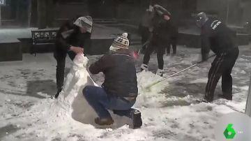 Personas juegan en Brasil con la nieve.