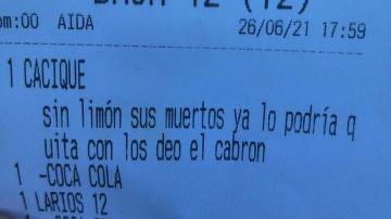 """El tiique viral y malhumorado de un bar de Cádiz: """"Cacique sin limón, sus muertos"""""""