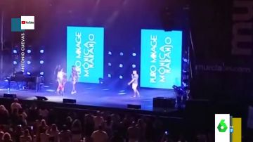 """La emotiva pedida de mano de un joven a su novio en pleno concierto de Mónica Naranjo: """"Me has hecho sentir el hombre más especial del mundo"""""""