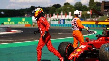 Carlos Sainz, con el Ferrari destrozado en Hungría