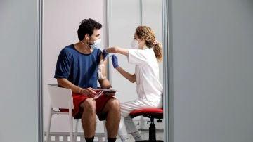 Un joven recibe la primera dosis de la vacuna en Valencia