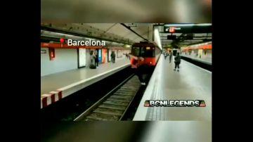 El peligroso salto de un joven en las vías del metro de Barcelona segundos antes de que llegue el vehículo