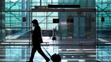Un viajero en el Aeropuerto de El Prat  (Archivo)