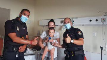 Dos policías salvan a un bebé que se estaba ahogando en un parque de Alcobendas