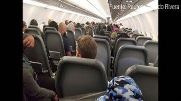 Un pasajero ataca a la tripulación de un avión en pleno vuelo y acaba atado al asiento con cinta aislante