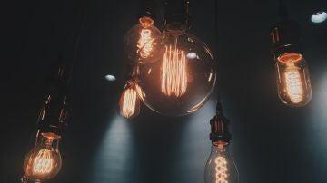 Imagen de archivo de varias bombillas encendidas