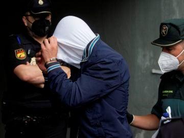 Uno de los varones mayor de edad encarcelado como presuntos autores de la agresión que acabó con la vida de Samuel Luiz llegando al juzgado