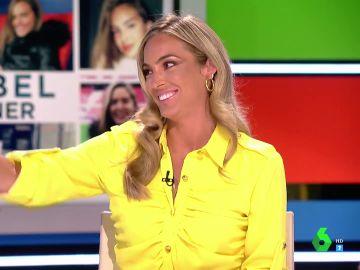 Isabel Forner arrasa al volver con un espectacular moreno y un vestido amarillo de sus vacaciones